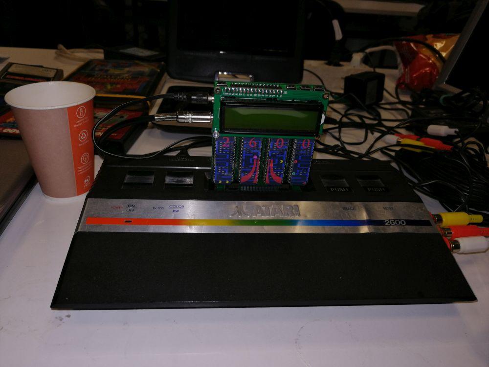 http://www.retronagazie.eu/wp-content/uploads/2019/04/Grawitacja-2019-Atari-2600-Sikora-z-Mega-Kartrid%C5%BCem.jpg